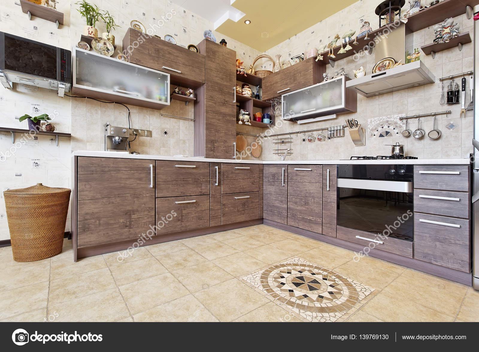 Hermosa madera estilo cocina con decoraciones — Fotos de Stock ...