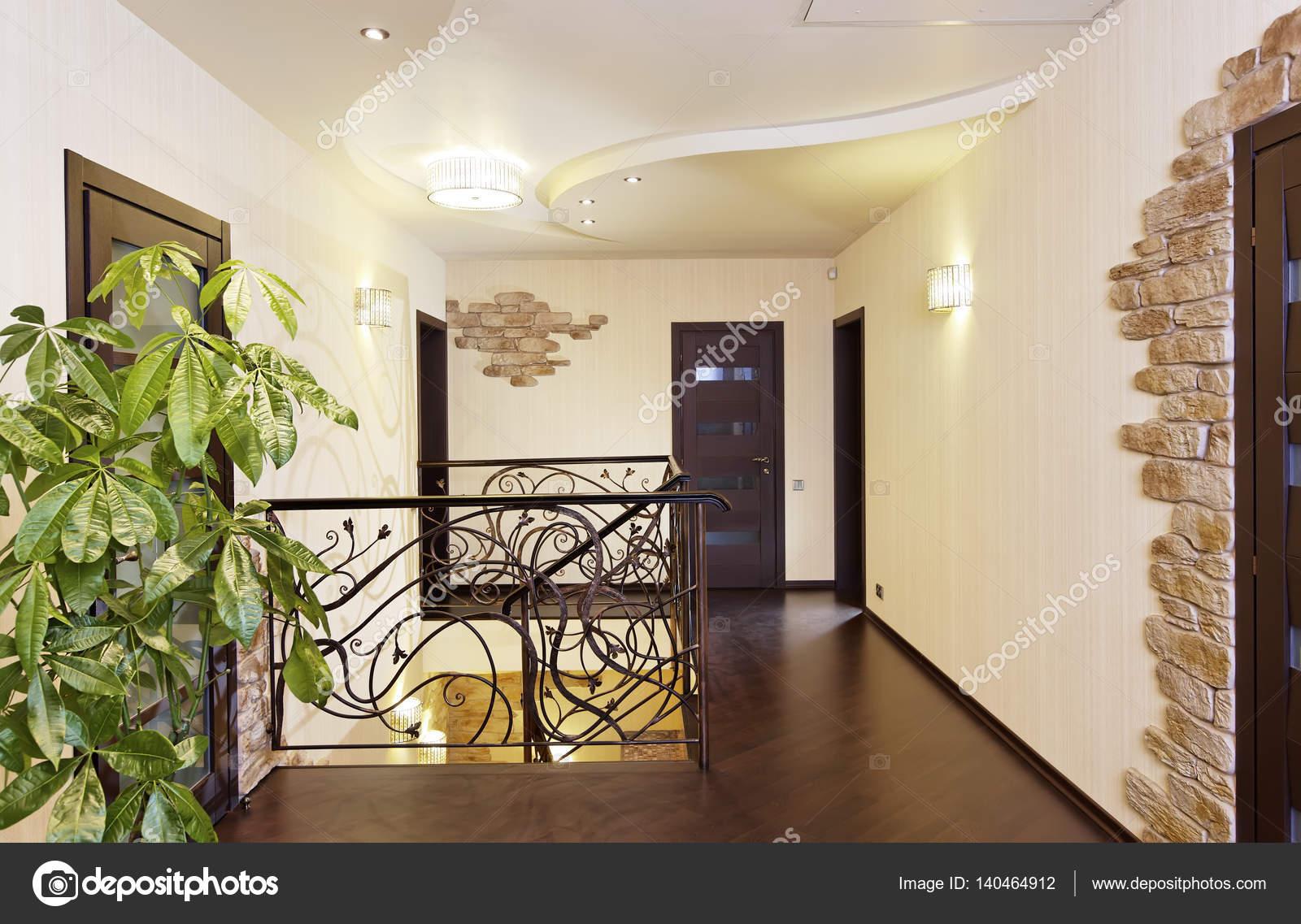 Klassische Treppen klassische treppen mit ornamentalen handlauf im flur mit türen
