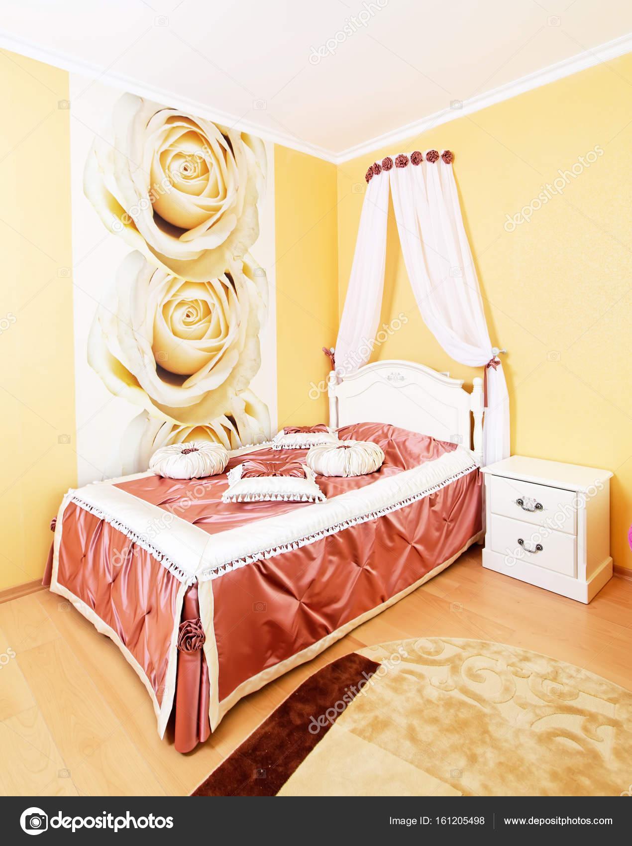 Schöne klassische Schlafzimmer Innenraum in gelben Farben ...