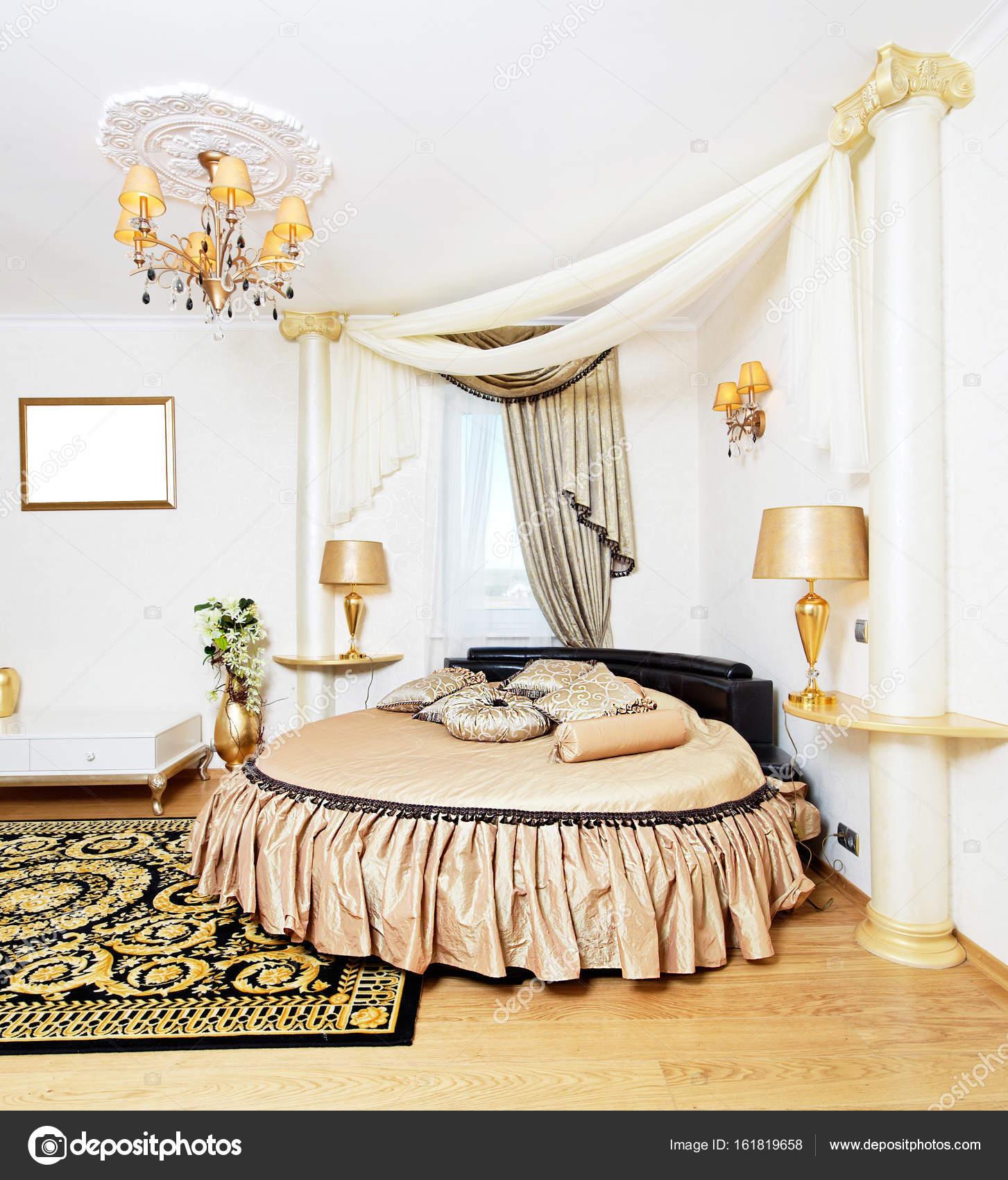 cassical gouden slaapkamer interieur met ronde bed foto van rawgroup