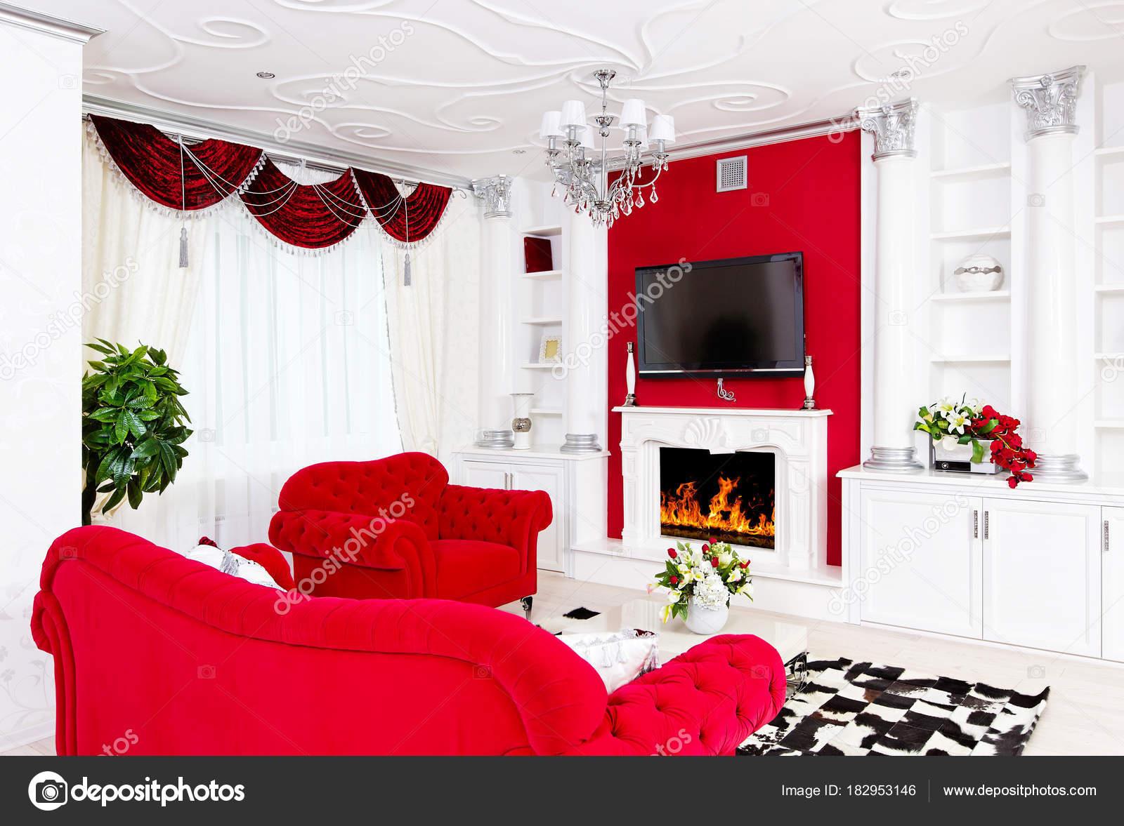 Klassieke rode woonkamer interieur met vuur plaats en rood meubel
