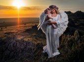 Fotografie Krásná mladá matka, objímala svou malou dcerou venku v létě slunce světlo, andělé
