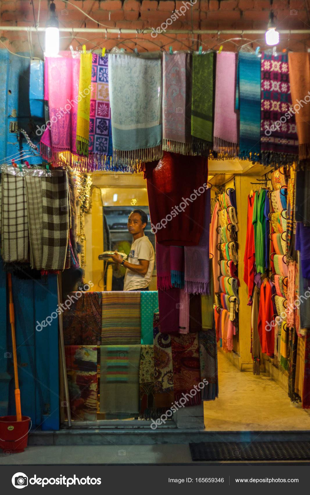 06c1eefe467 Boutique écharpe à Katmandou (Népal)– Photographies éditoriales en vente