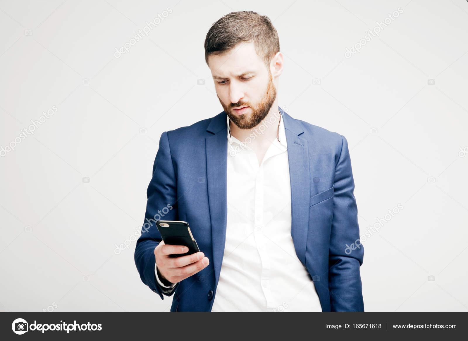 c2f20ccc86ab8 Joven atractivo barba a hombre en un traje con un teléfono negro — Foto de  Stock