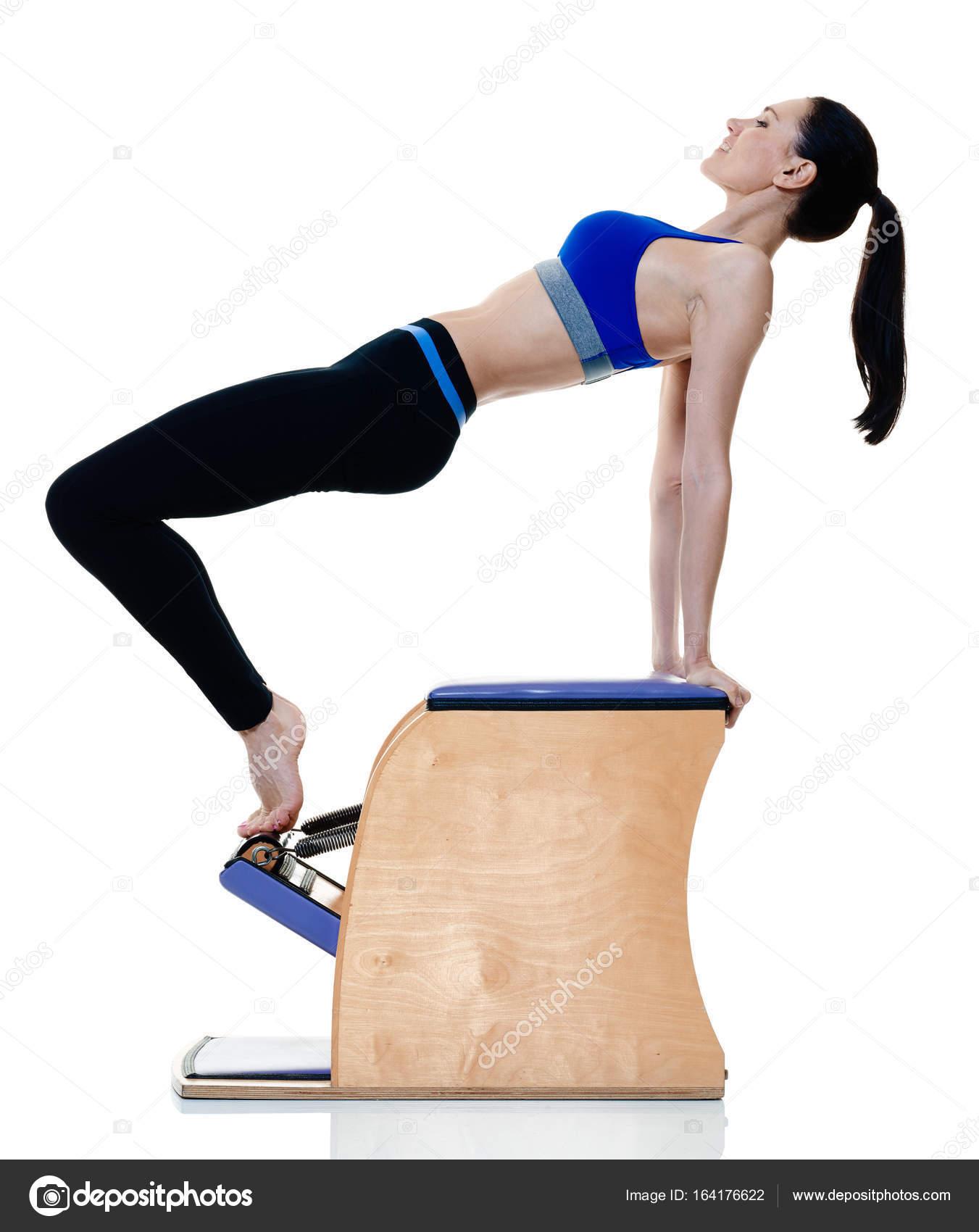 Una mujer caucásica de ejercicio fitness pilates ejercicios aislados sobre  fondo blanco — Foto de STYLEPICS 4d093c05feaf