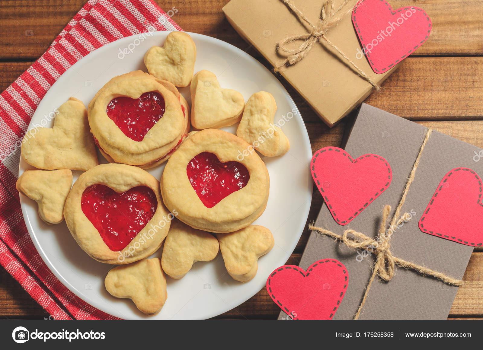 Hausgemachte Kekse Herzform Geschenke Und Roten Papierherzen Grüße ...