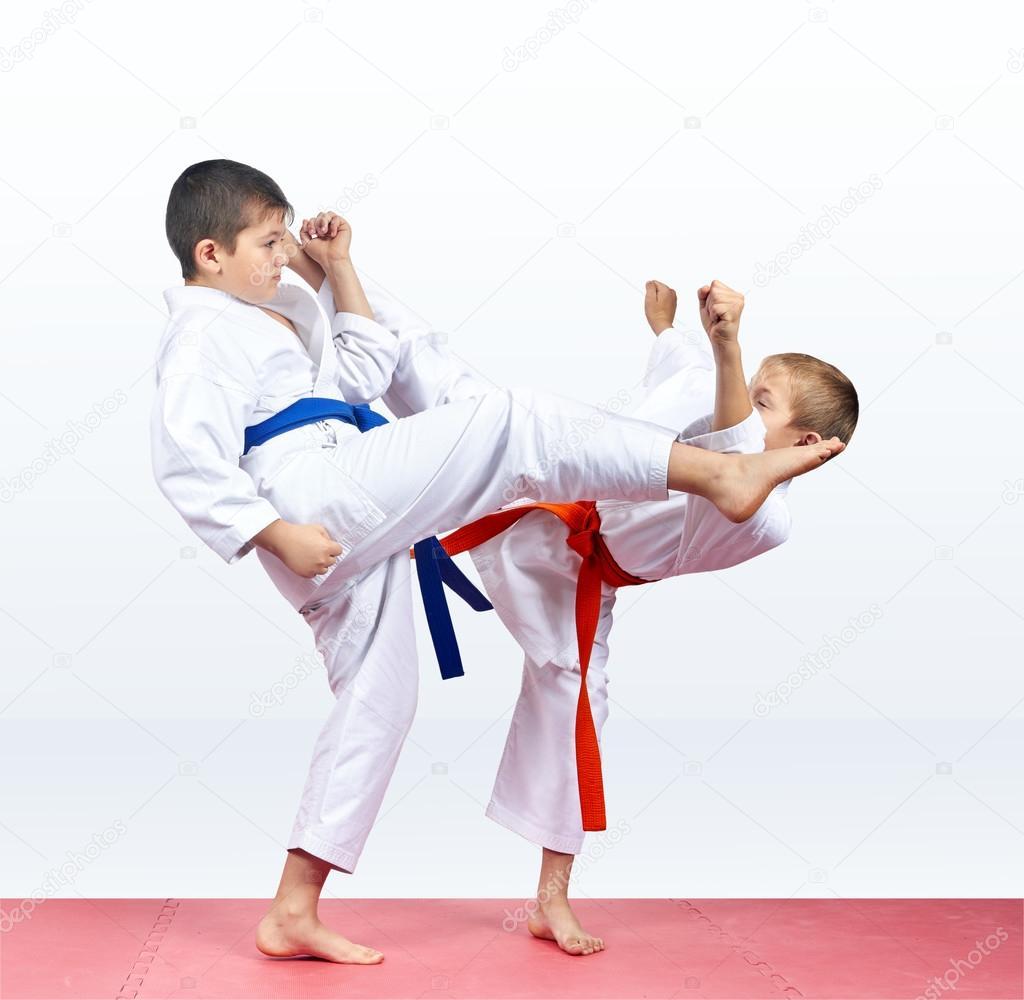 ¿Es peor dejar un recién nacido abandonado para que muera, que abortar? - Página 10 Depositphotos_127340496-stock-photo-karate-children-are-beating-kicks