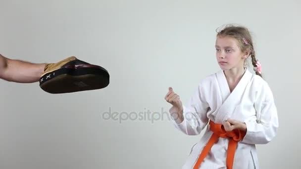 Karategi a sportoló veri a rúgás, ugrás