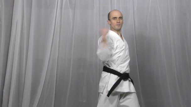 Atléta vonatok formális karate gyakorlatok egy könnyű háttér