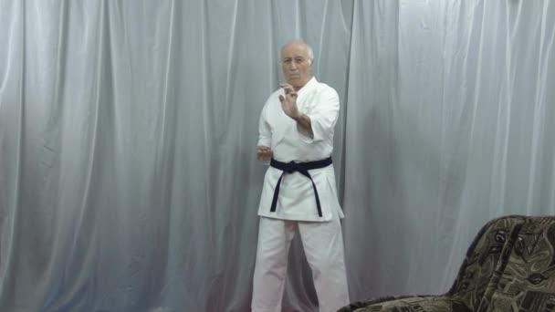 Blöcke mit Händen auf verschiedenen Ebenen werden von einem alten Athleten unter Bedingungen der Selbstisolation trainiert