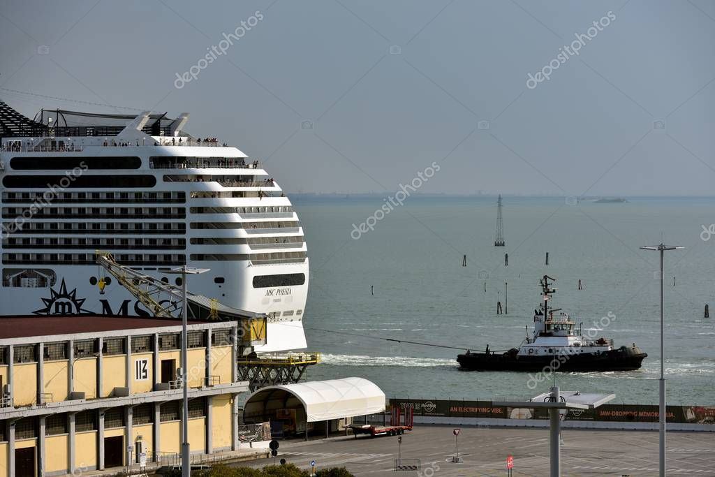 MSC Poseia and tug in Venice