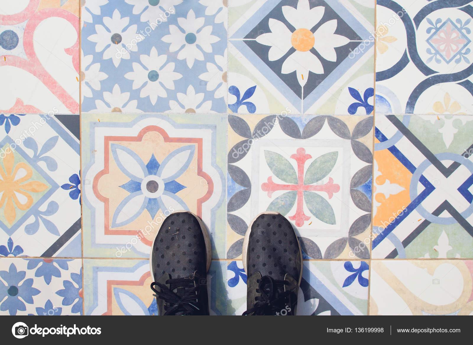 Patroontegels Inspiratie Grafisch : Selfie van voeten met sneaker schoenen op vintage kunst patroon