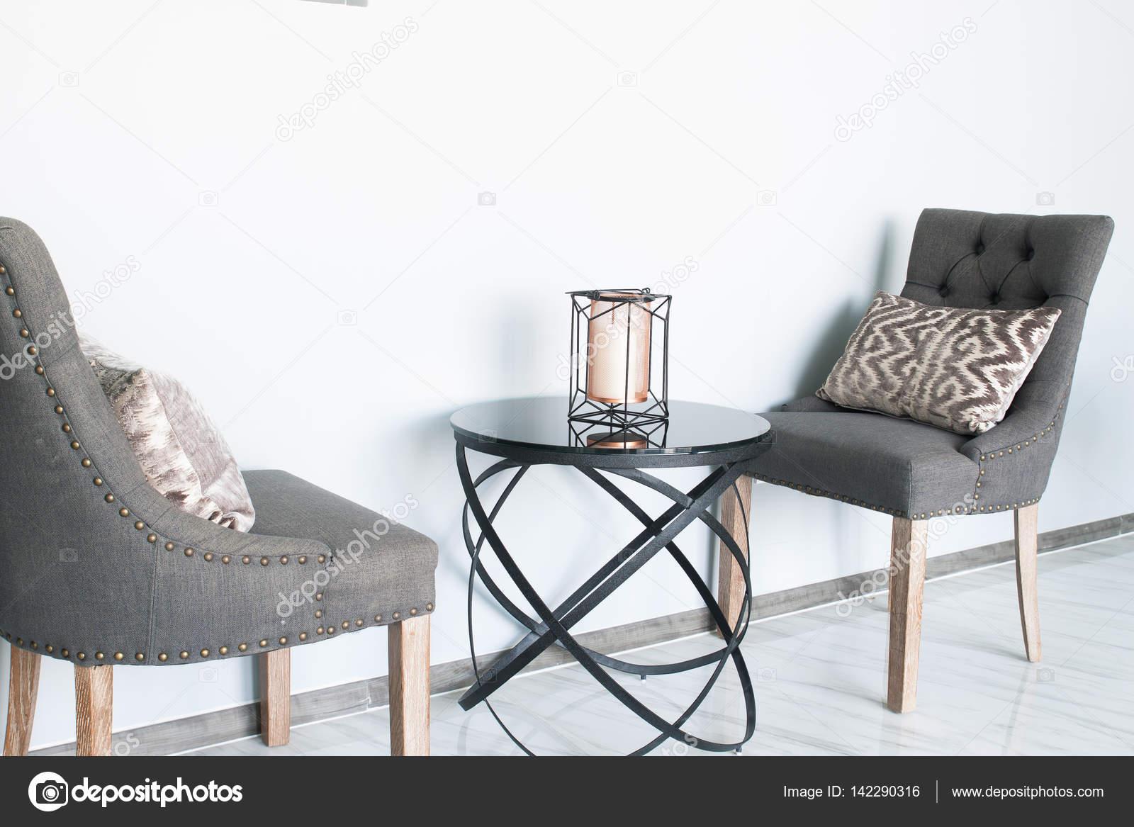 Colori Interni Grigio : Colore grigio sedie con tavolo interni dal design moderno u2014 foto