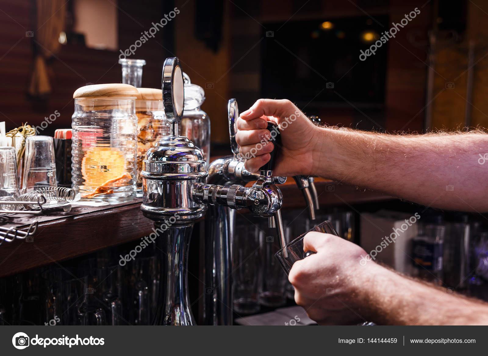 Nahaufnahme der Barkeeper Hände gießt Bier — Stockfoto © Aksakal ...