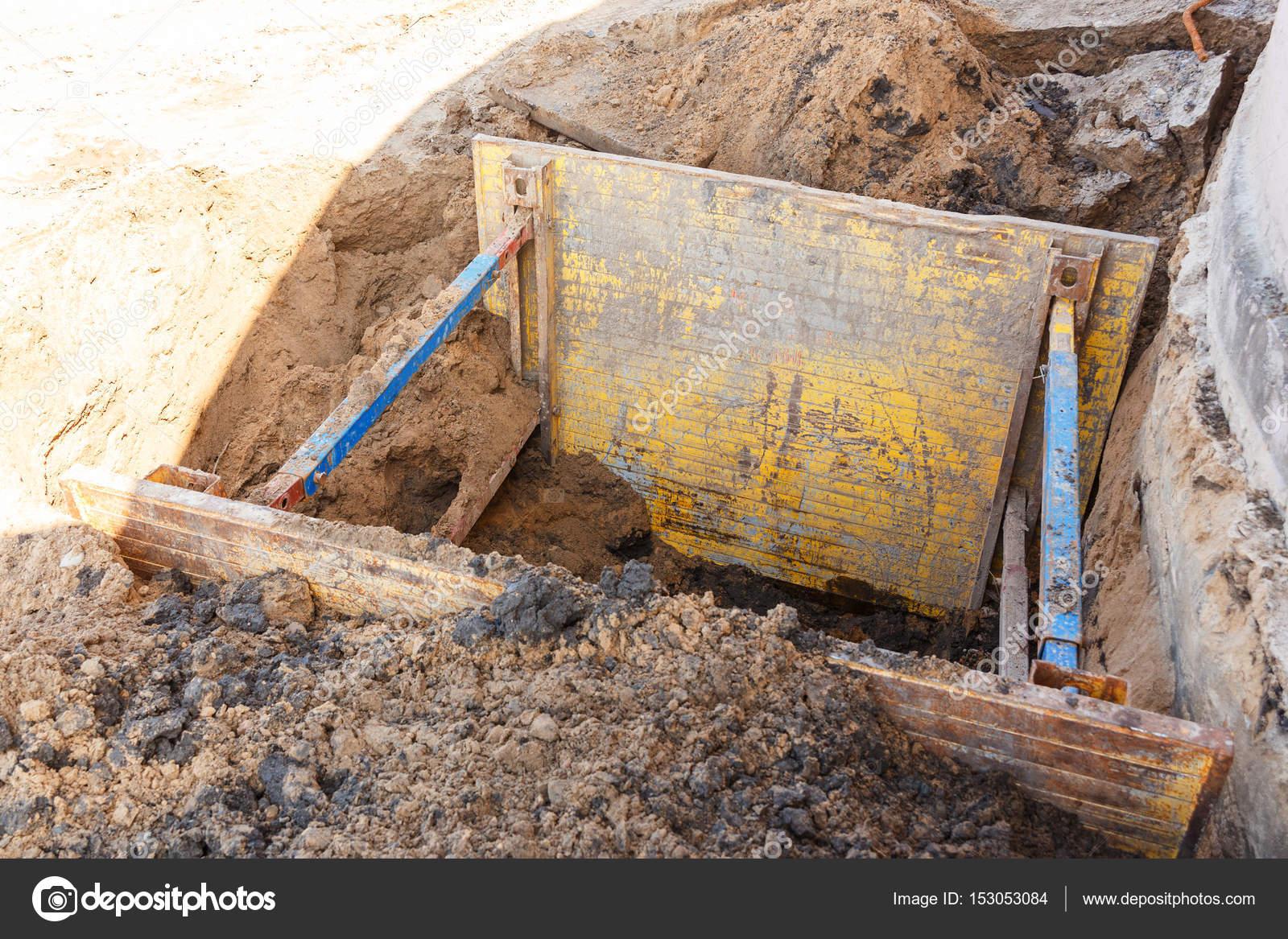 d1da4c6fe63972 Loopgraaf om te herstellen van het einde van de pijp — Stockfoto ...
