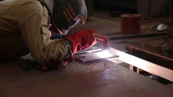 Pracovník ručně kusy kovu