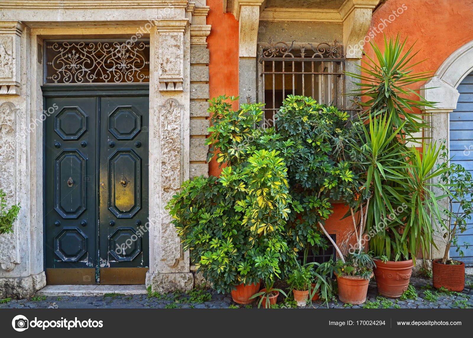 Eingangstür im Innenhof des Haus, schöne Veranda mit Blumen ...
