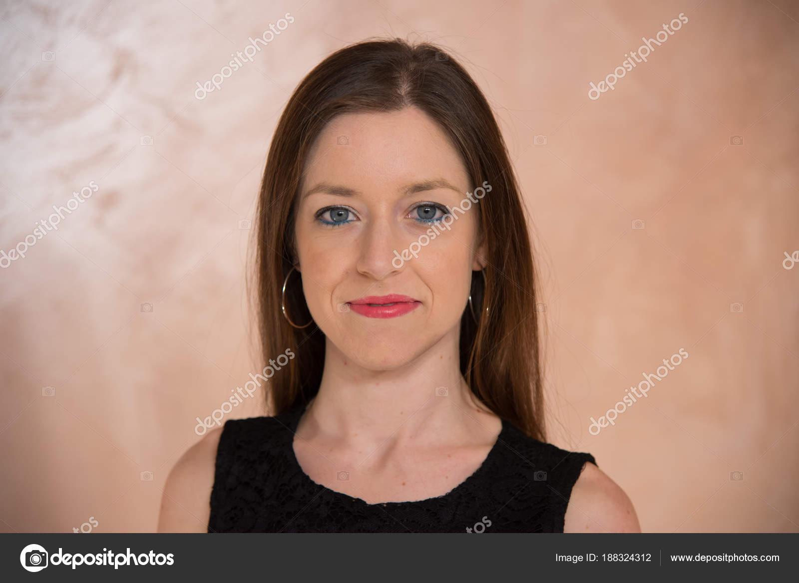Close Up Mädchen Mit Blauen Augen Und Lange Gerade Braune Haare