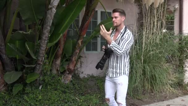 hübsche junge Fotografin bei einem Fotoshooting im Freien