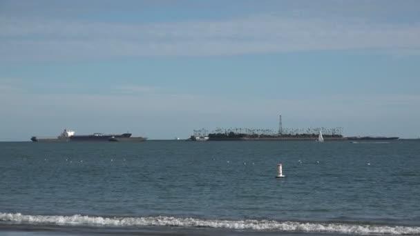 Olajfúrási műveletek Freeman szigeten Long Beach kikötőjében