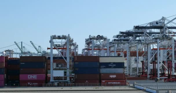 Los Angeles, CA / USA - 5. Mai 2020: Großer Container- und Schiffsbetrieb im Hafen von Los Angeles