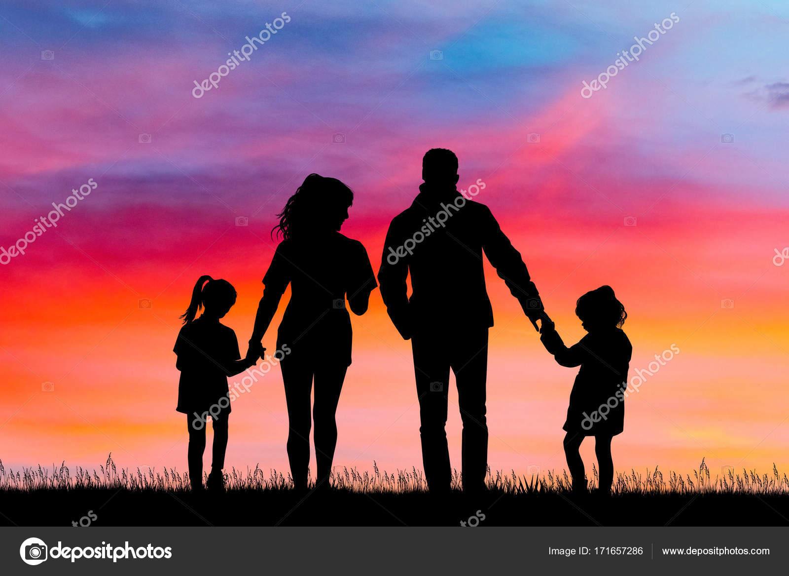 Feliz Familia Silueta Al Atardecer
