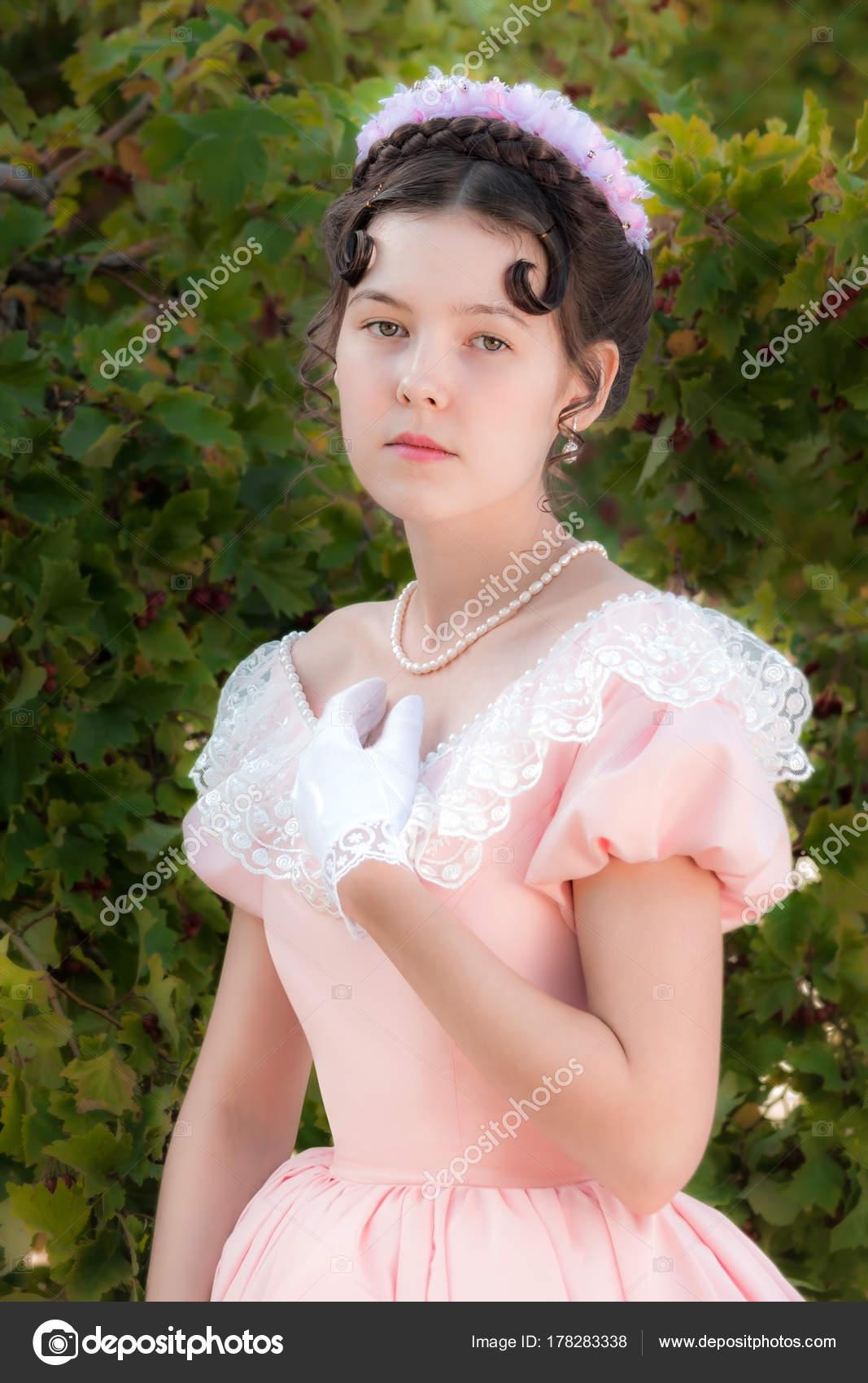 Jeune Romantique Une Le De Soirée Innocente Robe Dans Fille MVqUzSGp