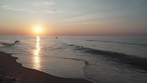 Pohled na moře při východu slunce. Krásná mořská krajina.