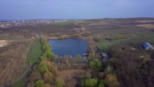 Lake And Fields From Drone.Low Aerial Flight Over the Lake And Fields Drone Aerial. Landwirtschaftliche Felder zur Frühlingszeit.