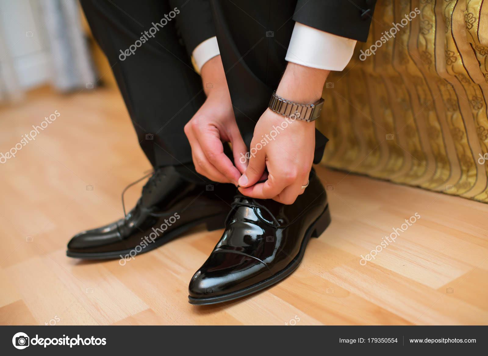 volumen grande vanguardia de los tiempos disfruta de precio barato Hombres zapatos negro y preparan para la boda. cierra los ...