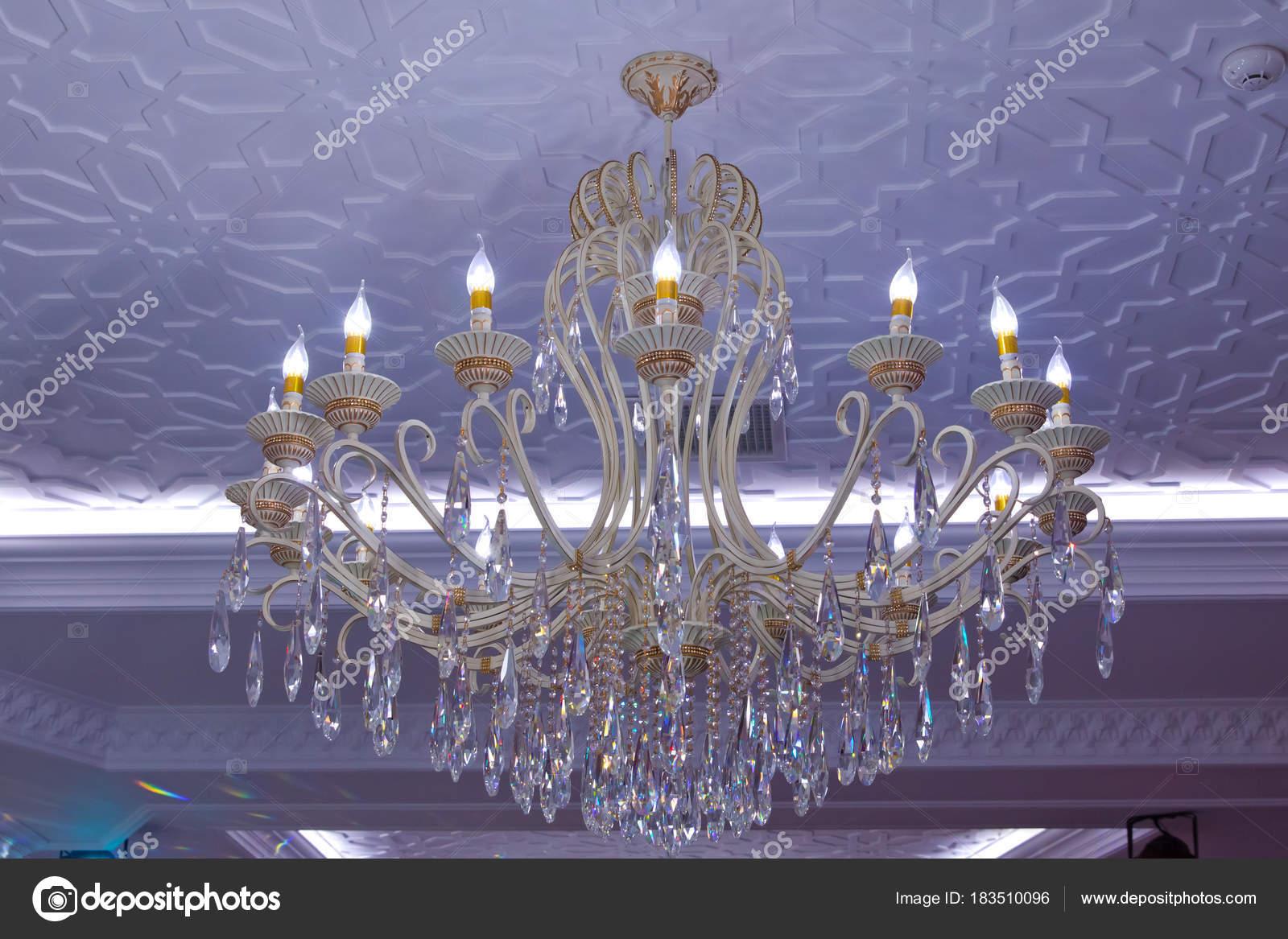 Lampadario Rosa Cristallo : Elegante lampadario antico colpo orizzontale con cornice