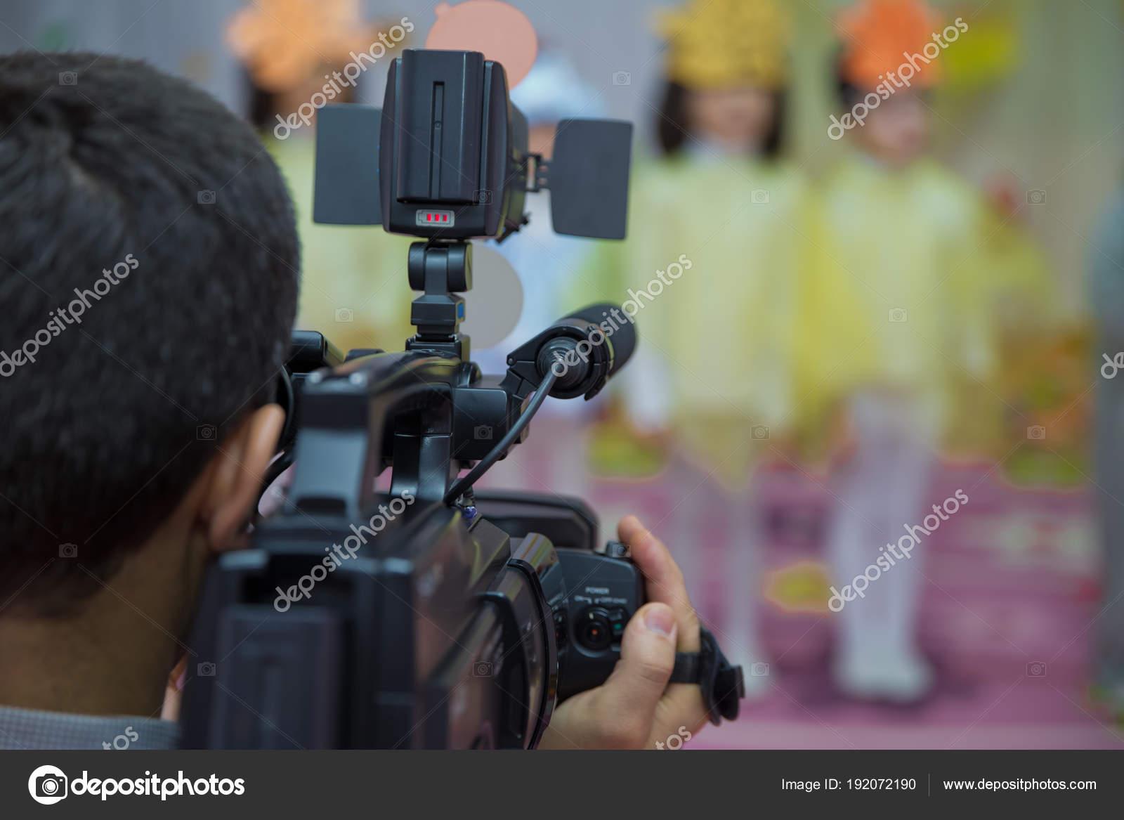 Video operator zeichnet das video auf der no name video kamera