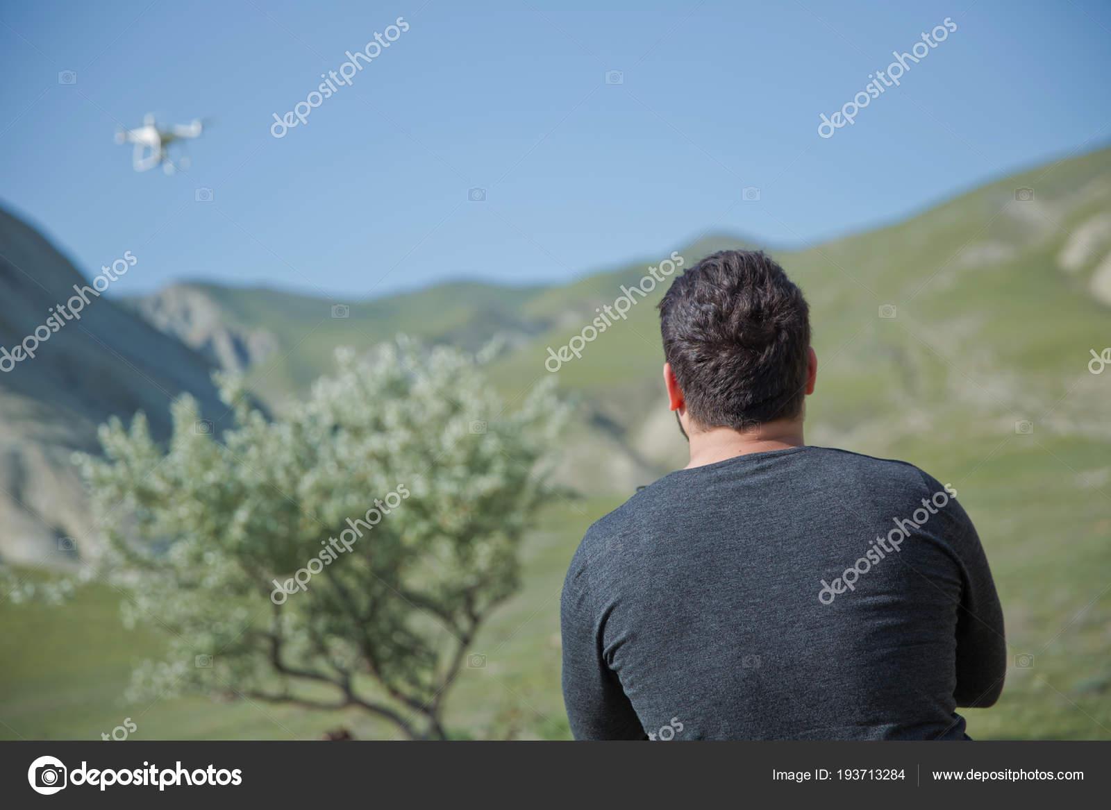 dospívající s vysokým rozlišenímvelký černý kohout v bílém zadku