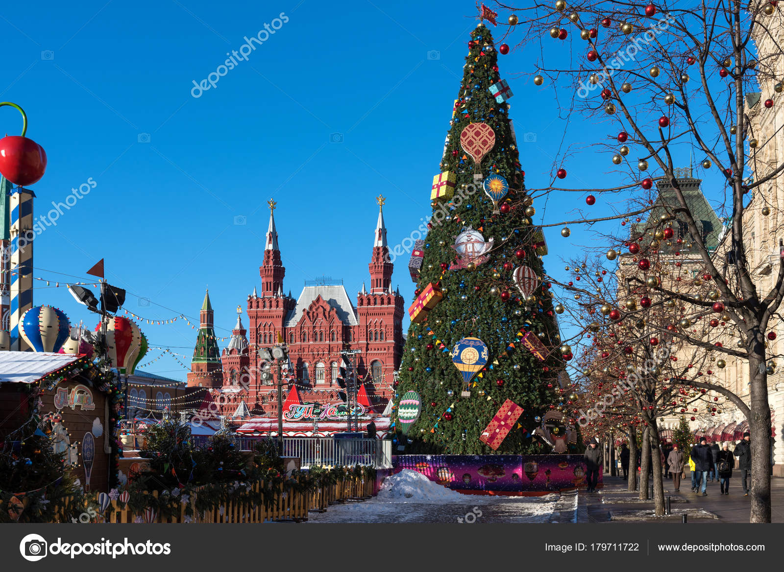 moscow russia january 9 2018 new year and christmas market and decorations on red square gum with a christmas tree against the background of the