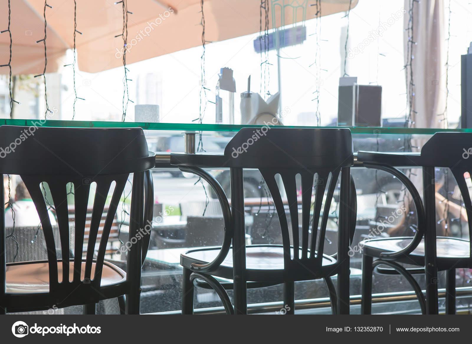 Caffetteria interna con sgabelli da bar u2014 foto stock © apriori