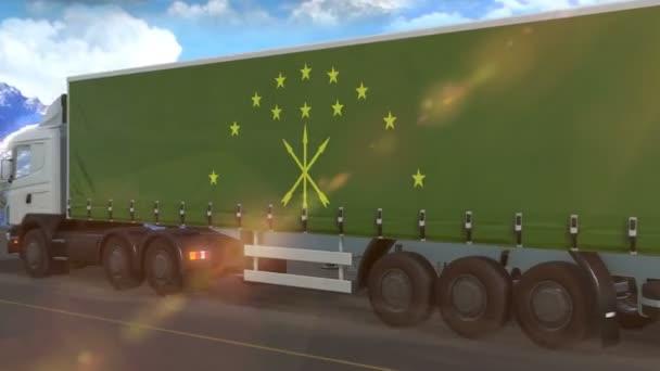 Adygea vlajka je vyvěšena na boku velkého nákladního auta jedoucího po dálnici
