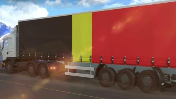 Belgická vlajka vyvěšená na boku velkého nákladního auta jedoucího po dálnici