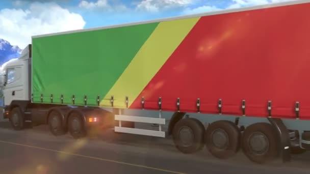 Vlajka Konžské republiky vyvěšená na boku velkého nákladního auta jedoucího po dálnici