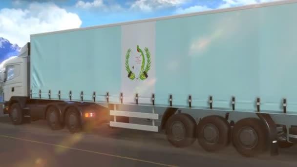 Guatemalská vlajka vyvěšená na boku velkého kamionu jedoucího po dálnici