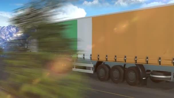 Irská vlajka vyvěšená na boku velkého nákladního auta jedoucího po dálnici