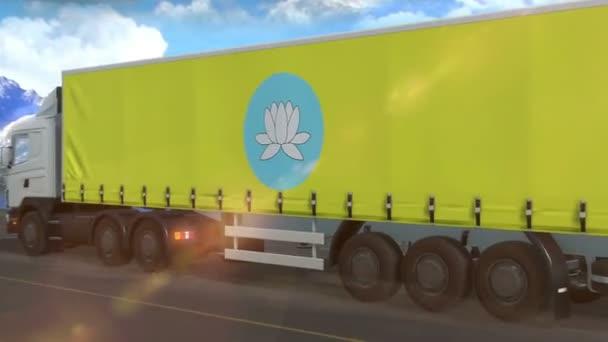 Vlajka Kalmykia vyvěšená na boku velkého nákladního auta jedoucího po dálnici
