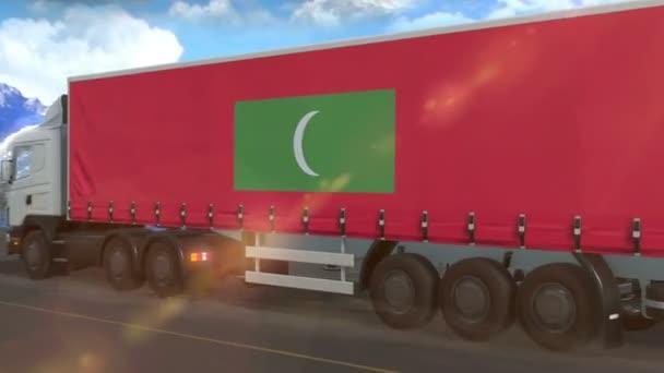 Maledivy vlajka je vyvěšena na boku velkého nákladního automobilu jedoucího po dálnici