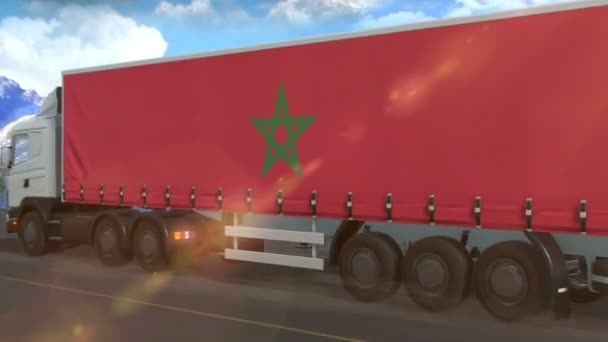Marocká vlajka vyvěšená na boku velkého kamionu jedoucího po dálnici