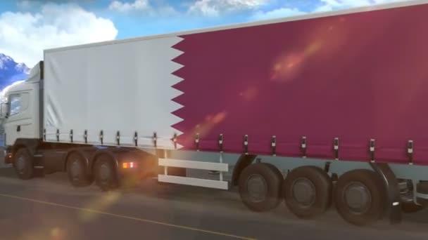 Katarská vlajka vyvěšená na boku velkého náklaďáku jedoucího po dálnici