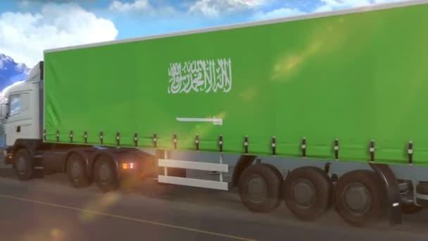 saudi-arabische Flagge auf der Seite eines großen Lastwagens, der auf einer Autobahn fährt