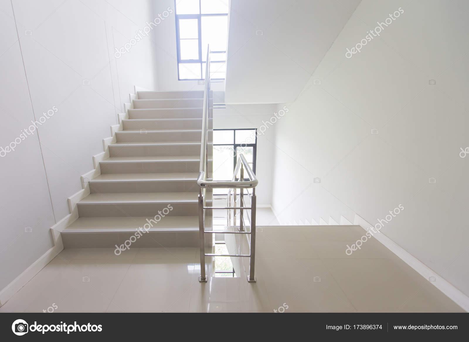 Escalera salida de emergencia en hotel primer plano - Escaleras interiores modernas ...