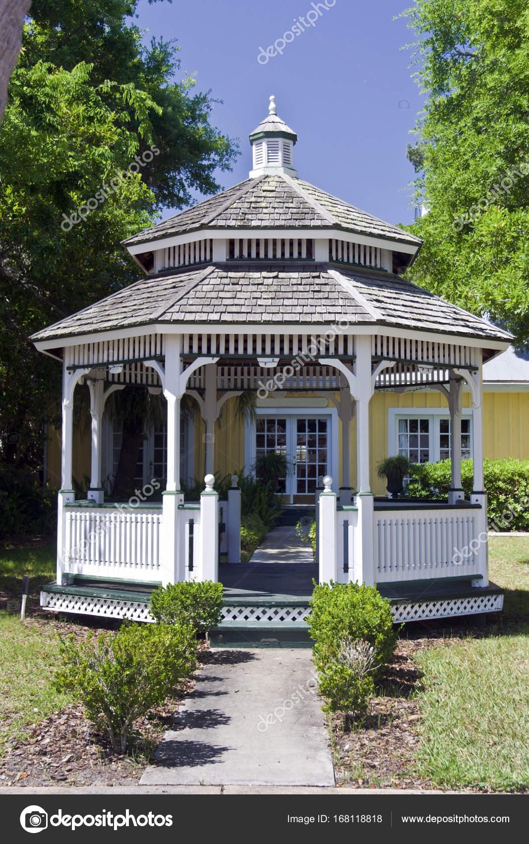 Kiosque de jardin de maison — Photographie ErrantPixels ...