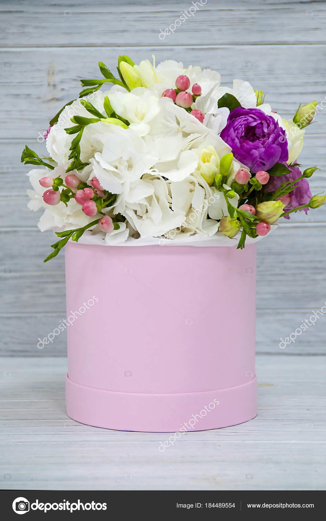 Beau Tendre Bouquet Fleurs Dans Une Boite Rose Sur Fond