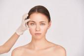 Női bőrgyógyászat. Arcesztétika anti-életkor analízis. Kozmetológiai orvoskesztyű. Bőrgyógyász női klinika. Kórházi lány portré