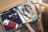 Fotografie Draufsicht der junge Frau sitzt mit Reisetasche, Reise-Konzept